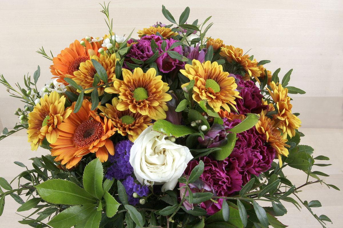 Ramo de flores de temporada de tonos anaranjados