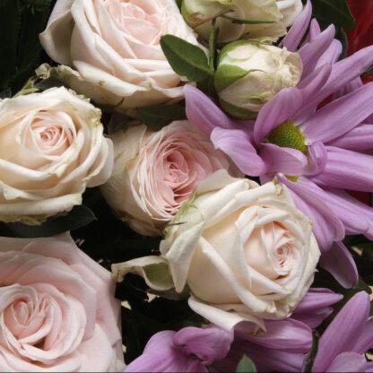 Ramo de flores de temporada de tonos rojos y violetas