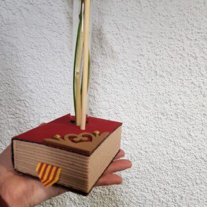Rosa vermella de Sant Jordi 'El Llibre' amb una proveta de vidre i base de fusta.