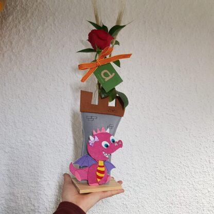 Rosa vermella de Sant Jordi 'La Dragona' amb una proveta de vidre i base de fusta